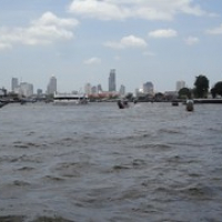 "Fluss Chao Phraya und Skyline • <a style=""font-size:0.8em;"" href=""http://www.flickr.com/photos/127204351@N02/19497850482/"" target=""_blank"">View on Flickr</a>"