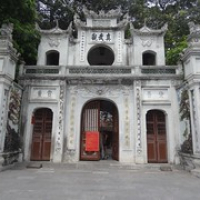 """Eingang zur Quan-Thanh-Pagode • <a style=""""font-size:0.8em;"""" href=""""http://www.flickr.com/photos/127204351@N02/18230096104/"""" target=""""_blank"""">View on Flickr</a>"""