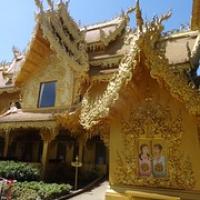 """das einzige Gebäude in Gold: die Toilette • <a style=""""font-size:0.8em;"""" href=""""http://www.flickr.com/photos/127204351@N02/19314769302/"""" target=""""_blank"""">View on Flickr</a>"""