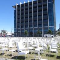 """185 weiße Stühle symbolisieren die 185 fehlenden Personen, die beim 2. Erdbeben ums Leben kamen • <a style=""""font-size:0.8em;"""" href=""""http://www.flickr.com/photos/127204351@N02/16038569150/"""" target=""""_blank"""">View on Flickr</a>"""
