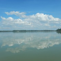 """eher wie ein See: der Mekong • <a style=""""font-size:0.8em;"""" href=""""http://www.flickr.com/photos/127204351@N02/18060733860/"""" target=""""_blank"""">View on Flickr</a>"""