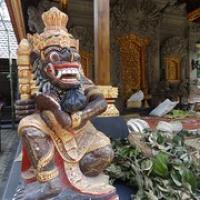 "goldverzierte Figur...nicht ganz so häufig in Indonesien • <a style=""font-size:0.8em;"" href=""http://www.flickr.com/photos/127204351@N02/17509034262/"" target=""_blank"">View on Flickr</a>"