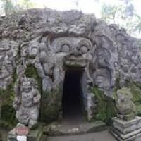 """Eingang zur Elefantenhöhle • <a style=""""font-size:0.8em;"""" href=""""http://www.flickr.com/photos/127204351@N02/17509126992/"""" target=""""_blank"""">View on Flickr</a>"""