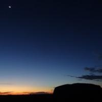 "Mond überm Uluru...früh • <a style=""font-size:0.8em;"" href=""http://www.flickr.com/photos/127204351@N02/17168630819/"" target=""_blank"">View on Flickr</a>"
