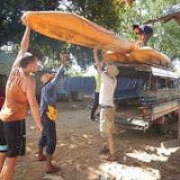 """Boote verladen...die kleinen Laoten kommen gar nicht mehr hoch • <a style=""""font-size:0.8em;"""" href=""""http://www.flickr.com/photos/127204351@N02/18060651178/"""" target=""""_blank"""">View on Flickr</a>"""
